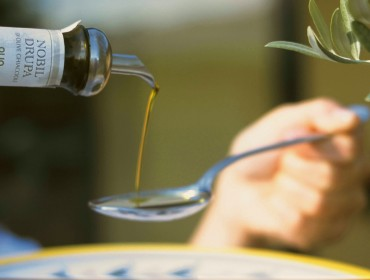 Olio--Brisighella-versato-cucchiaio-Nobil-Drupa